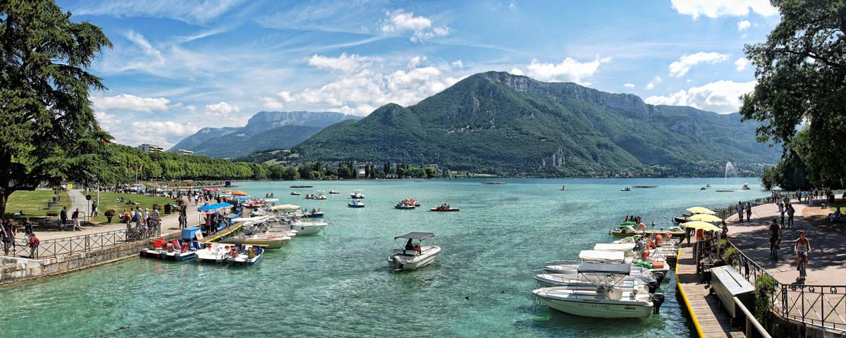 Lac d'annecy avec un ciel bleu et des bateaux