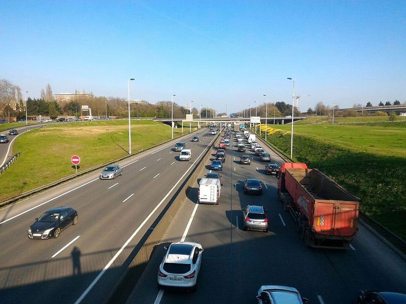 Vue de l'autoroute périphérique avec du trafic lille