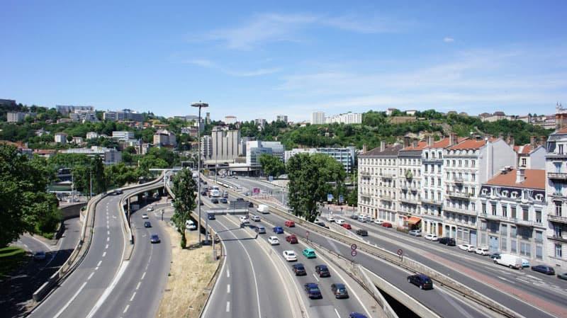 Entrée du tunnel de fourvière avec beaucoup de trafic à Lyon