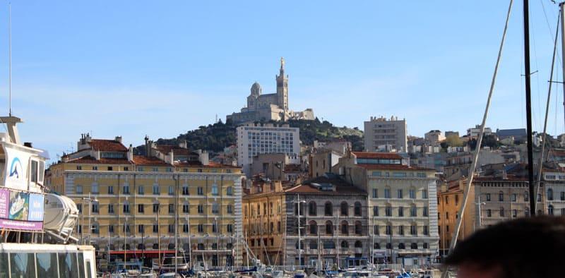 Panorama de la ville de Marseille avec Notre Dame de la Garde avec peu de trafic Marseille