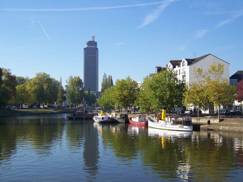 Vue de la ville de Nantes avec de l'eau et des bateaux