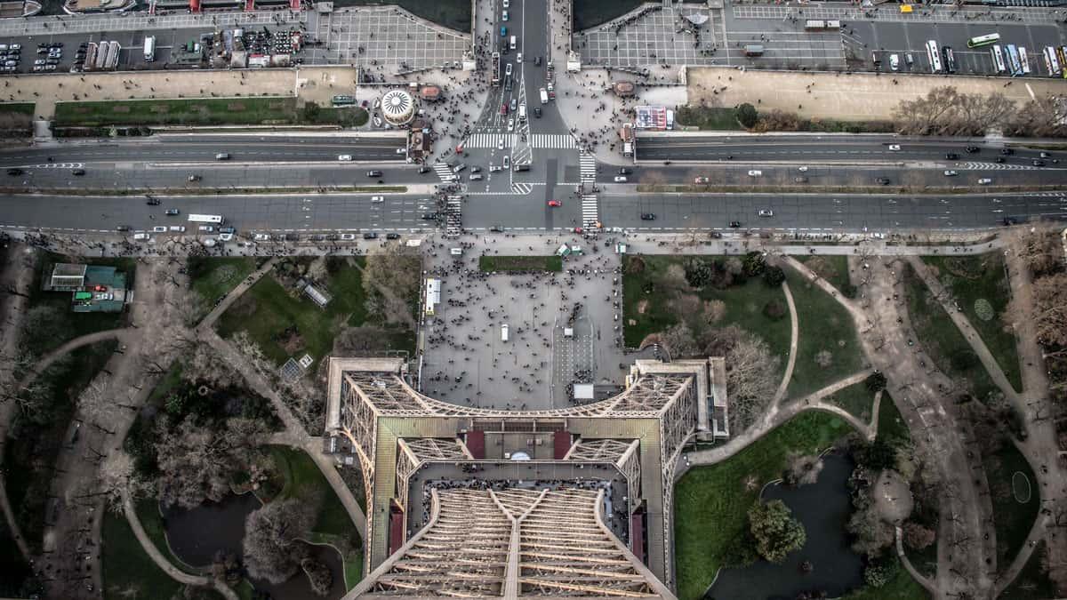 Vue du haut de la Tour Eiffel sur la rue et les voitures à Paris