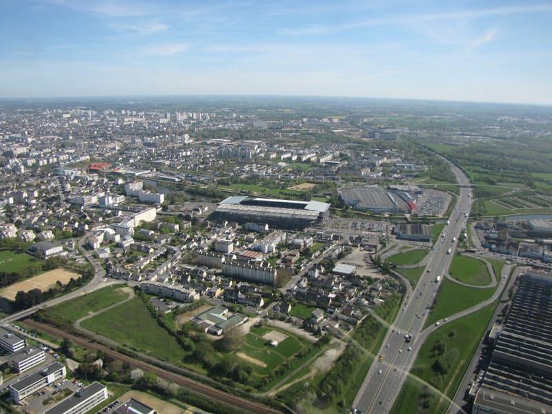 Vue aérienne de l'autoroute et du stade rennais le Roazhon Park, auparavant le stade de la route de Lorient