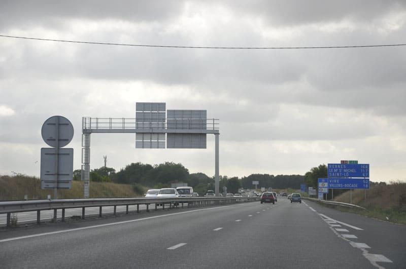 Autoroute A84 avec pas beaucoup de trafic Rennes