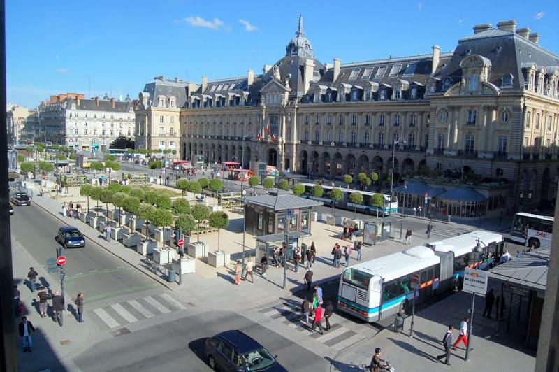 Place de la République avec un bus à Rennes