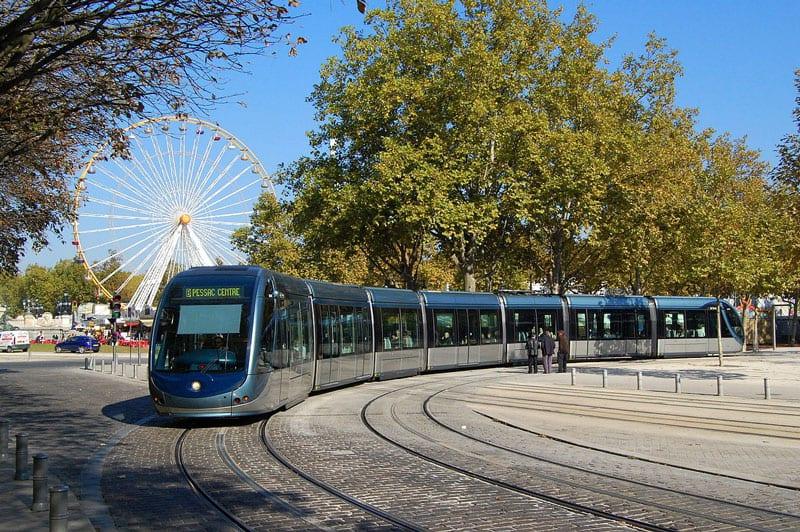 Le tram de Bordeaux devant des arbres